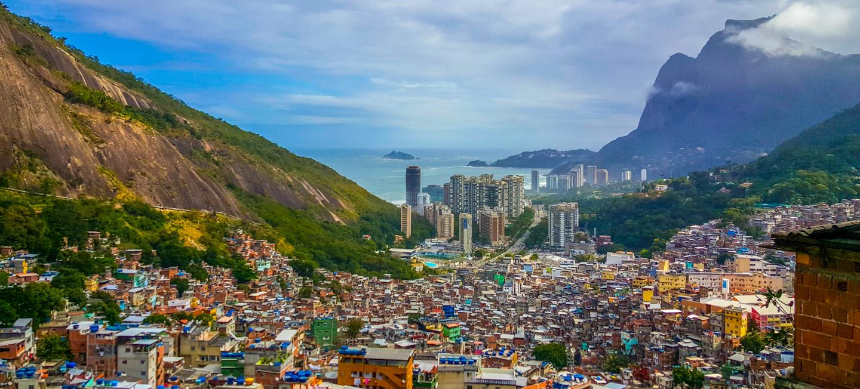 Utsikt fra favelaen Rocinha i Rio de Janeiro