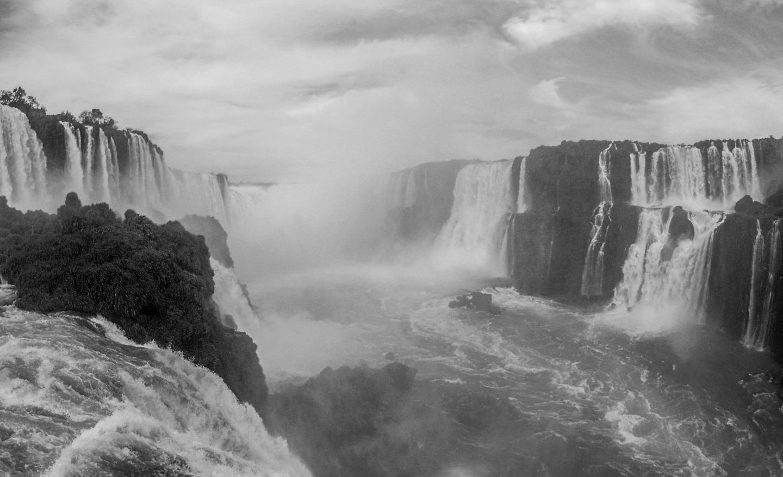 Iguazú Falls, eller Iguazúfallene, på grensen mellom Brasil og Argentina.