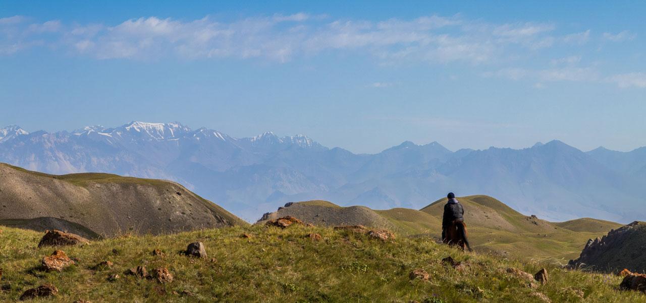Kirgisisk rytter i fjellene i Kirgisistan