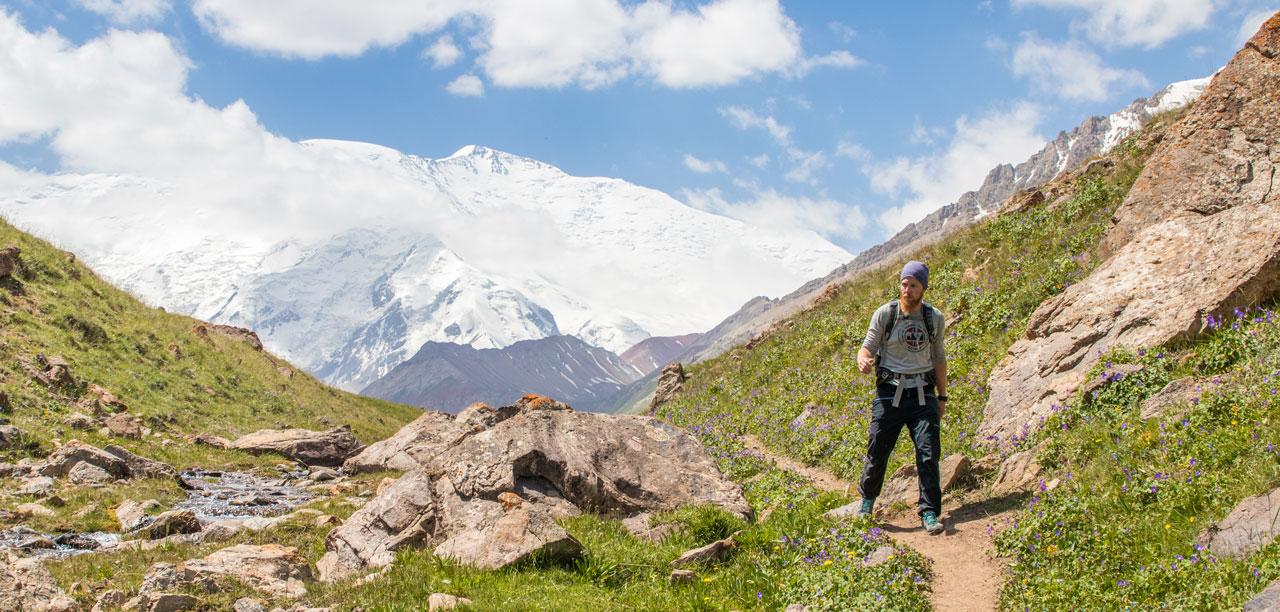 Hiking i fjellene ved Pik Lenin i Kirgisistan