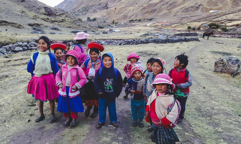 Lokale barn langs Lares Trek i Peru