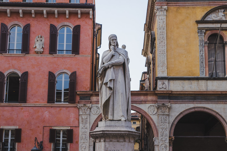 Statue av Dante i Verona.
